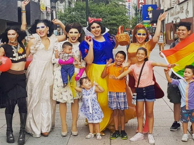 Drags salen a las calles de MTY a contar cuentos a favor del respeto y la inclusión, tras descalificaciones de diputado