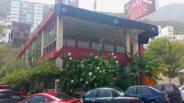 Niegan servicio a pareja gay en restaurante de Nuevo León por tomarse de la mano